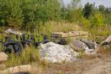 illegale müllkippe im wald abfall entsorgung sauerei umweltverschmutzung - 215806353