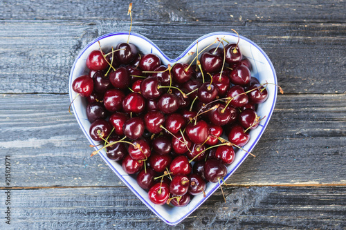 Foto Spatwand Kersen Fresh sweet cherry in a heart-shaped plate