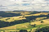 Eifellandschaft mit Feldern und Windrädern