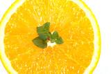 апельсин разрезанный на ярком фоне есть место для записи