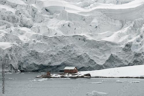 Foto Spatwand Antarctica Almirante Brown Station, Argentine Antarctic Base And Scientific Research Station, Paradise Harbor, Danco Coast, Antarctica
