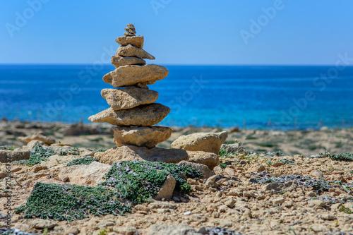 Plexiglas Zen Stenen Wieża ułożona z kamieni, na plaży na tle morza