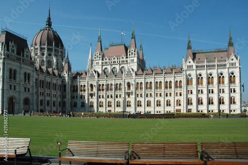 In de dag Boedapest Le Parlement de Budapest, capitale de la Hongrie, siège du gouvernement.