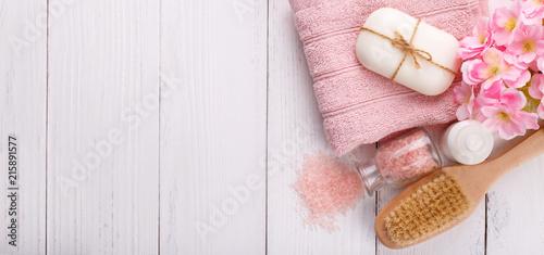 Różowy zdrój ustawia i opieki zdrowotnej rzeczy na białym tle. Miejsce na tekst, płaskie lay