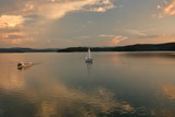 Jezioro Solińskie, Polska, statek i żaglówka na wodzie, przeciwny brzeg porośnięty lasem, odbicia w tafli wody