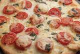Frische Pizza mit Tomaten und Mozzarella aus dem Holzofen