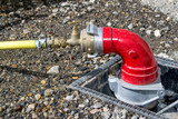 Branchement d'un tuyau sur une bouche d'incendie - 215961790