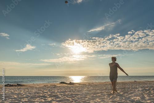 Fotobehang Voetbal Fußball am Strand - Sonnenuntergang