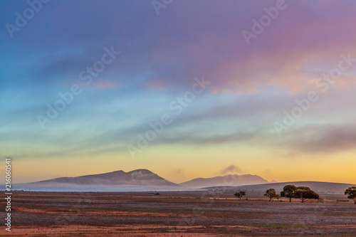 Aluminium Lavendel Flinders Ranges peaks and gum trees covered by low clouds at sunrise in South Australia