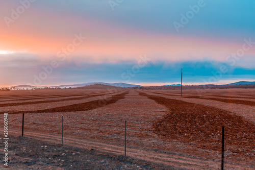 Canvas Diepbruine Plowed red dirt field at colorful sunrise in Flinders Ranges, South Australia
