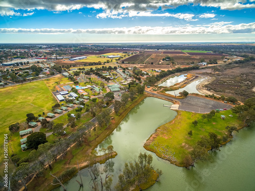 Foto Spatwand Honing Holiday park cabins on shores of Murray River in Berri, South Australia - aerial view