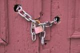 Puerta rosa con cadena y candado - 216114179