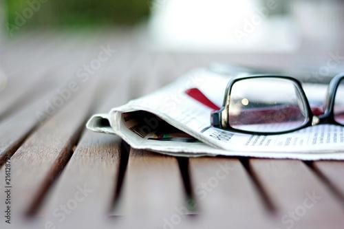 okulary na gazecie , czytanie prasy
