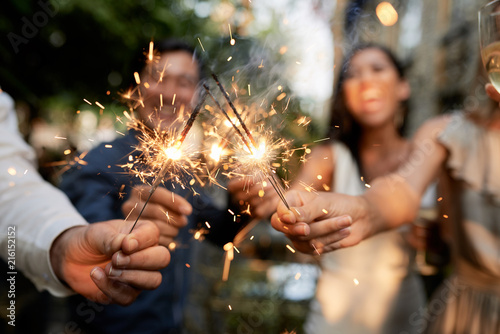 Foto Murales Friends with burning sparklers