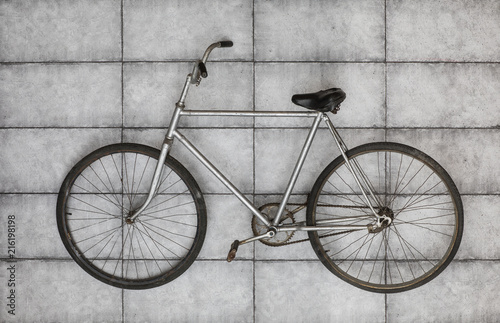 Foto Spatwand Fiets old vintage bicycle on the concrete floor