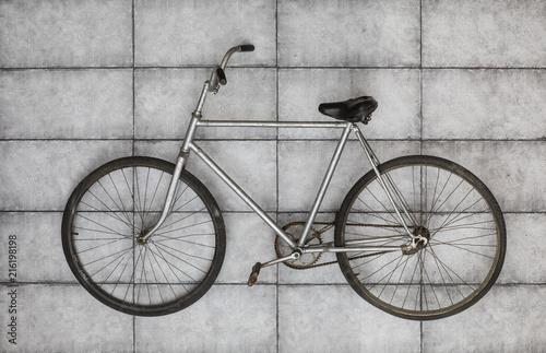 In de dag Fiets old vintage bicycle on the concrete floor