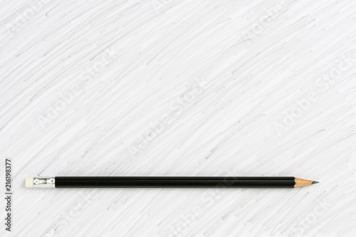 czarny kolorowy rysunek ołówkiem na białym tle