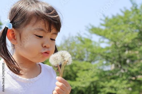 Foto Murales タンポポを吹く幼児(3歳児)と青空
