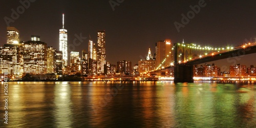 In de dag Brooklyn Bridge New York by night