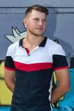 Jeune homme blond photographié  en buste - 216245180