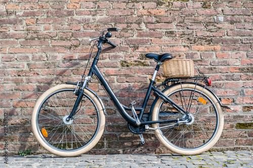In de dag Fiets Black retro vintage bicycle with old brick wall.
