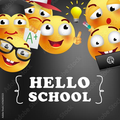 Witaj szkolne litery z uśmiechniętymi emotikonom. Oferta lub sprzedaż projektu reklamowego. Wpisany tekst, kaligrafia. Do ulotek, broszur, zaproszeń, plakatów lub banerów.