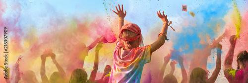 Leinwandbild Motiv Breitbild - Holi Fest begeisterte Menschen jubeln auf einem Holifestival, tanzen und werfen mit buntem Holipulver
