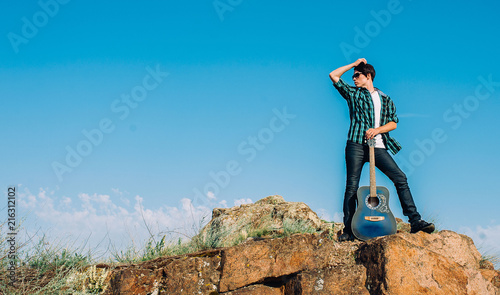 Canvas Blauw musician with guitar posing on camera