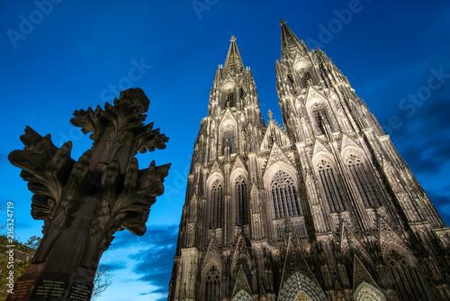 Leinwandbild Motiv Kölner Dom und Kreuzblume bei Nacht, Nordrhein-Westfalen, Deutschland