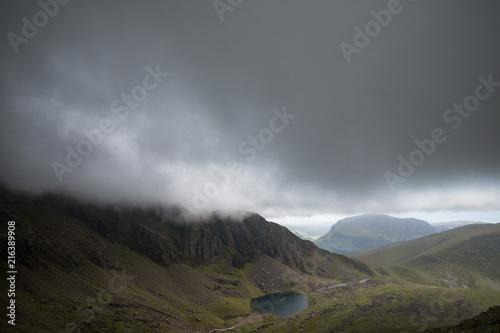 Fotobehang Donkergrijs Regenwolken auf dem Mount Snowdon - Snowdonia - Wales