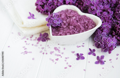 Ręcznik spa i produkty do masażu z kwiatami bzu