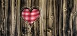 Herz in Holzwand
