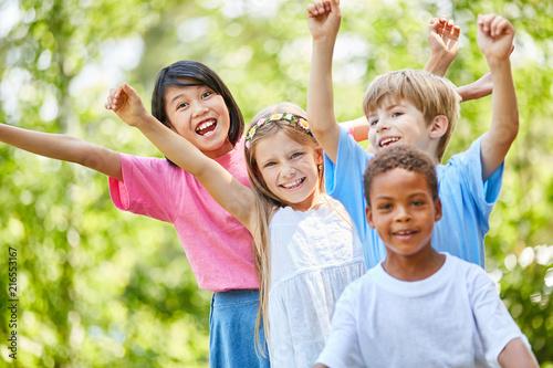 Leinwandbild Motiv Multikulturelle Kindergarten Gruppe freut sich