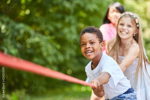 Leinwanddruck Bild Gruppe Kinder hat Spaß beim Tauziehen
