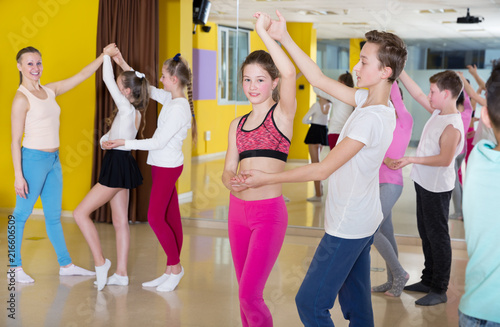 Leinwanddruck Bild Teenagers in pairs learning to dance active boogie-woogie