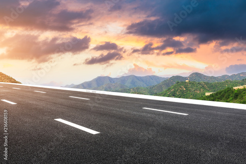 Aluminium Lavendel Empty asphalt road and great wall with mountains at sunset