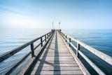 Holzsteg führt ins blaue, weite Meer