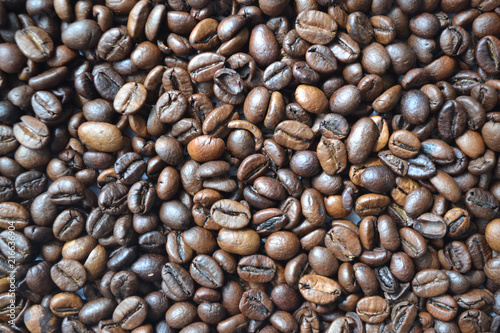 Foto Spatwand Koffiebonen Background of aromatic roasted coffee beans used for decorating packages covers banners flyers leaflets.