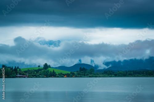 Letni wieczór z deszczem na jeziorze w górach - Hopfensee w Allgäu