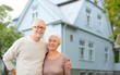 Leinwanddruck Bild - old age, accommodation and real estate concept - happy senior couple hugging over house background