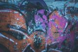 Graffiti an der Wand eines alten Gebäudes, Ruine