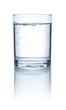 Leinwandbild Motiv Glas mit Wasser vor weißem Hintergrund