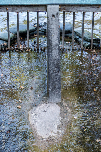 Aluminium Pier Sandsäcke im Wasser
