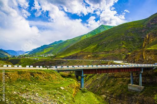 In de dag Bergrivier Bridge over mountain river