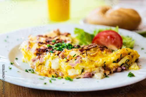 Foto Murales omelet with ham tomato and green salad