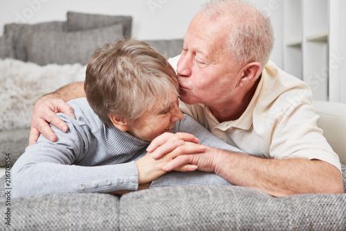 Leinwandbild Motiv Senioren küssen sich zärtlich