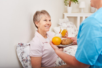 Seniorin bekommt gesundes Frühstück serviert