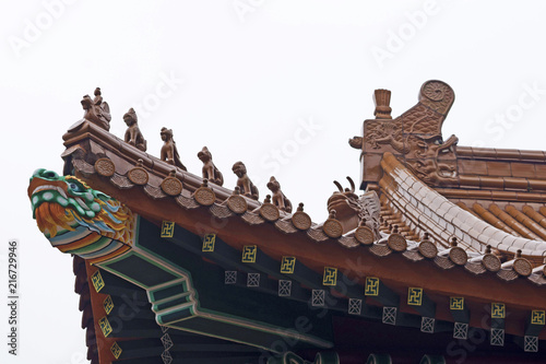 Foto Spatwand Peking old Chinese roof full of color.