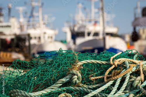 Taue Netze und Schiffe im Fischereihafen