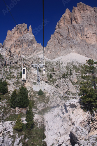 Fotobehang Donkergrijs Seilbahn in den Bergen mit Masten und Felsen